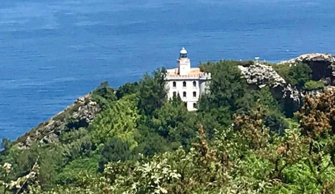 Faro de la plata en la bahia de pasaia con itxaszerbi escursiones maritimas